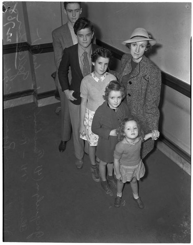 Former film actress Fanchon Royer Gallagher with her five children during a  divorce hearing involving her ex-husband, producer John J. Gallagher, Los  Angeles, 1939 — Calisphere
