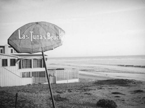 Las Tunas beach house and sign