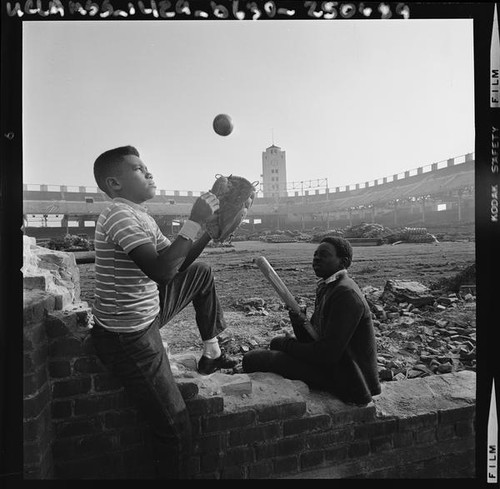 Children play among the ruins of Wrigley Field in Los Angeles (Calif.)