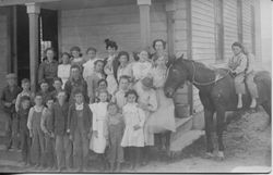 Students in front of Spring Hill School, 1909