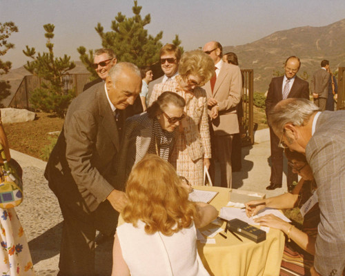 Guests arrive at Pepperdine reception for President Ford, 1975