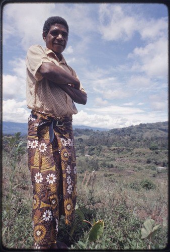 Western Highlands: man wearing length of fabric, secured with belt