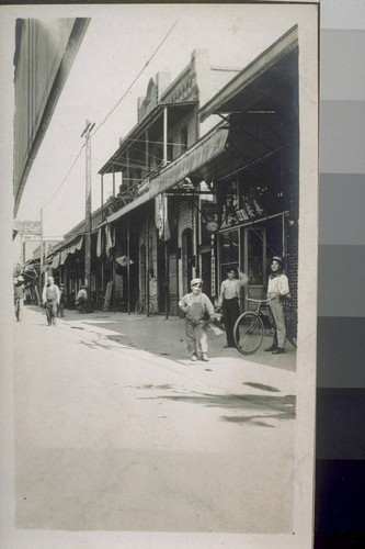 Jap alley. Fresno, Cal. Italian and Mexicans, boot black boys. [Children in alley in Japanese commericial district.]