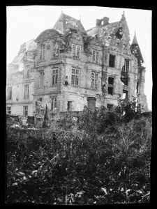 Exterior view of a damaged building in France, ca.1916