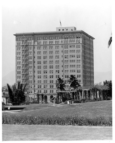 [Gaylord Apartment Hotel, Wilshire Boulevard] (3 Views)