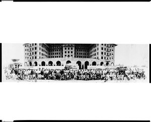 Group portrait of people gathered in front of the Beverly Wilshire Apartment Hotel under construction, ca.1923-1924