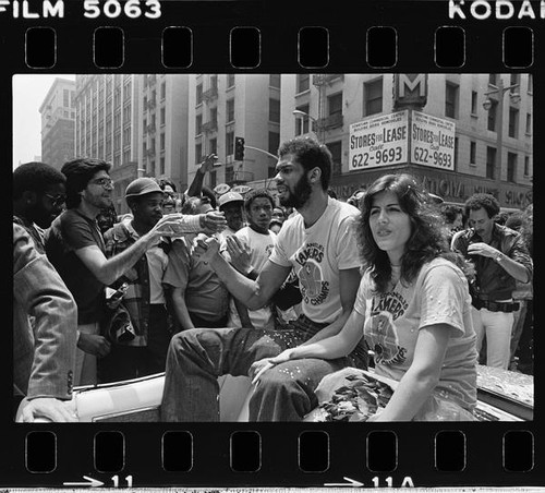 Kareem Abdul-Jabbar surrounded by fans in Laker's victory parade, Los Angeles (Calif.)