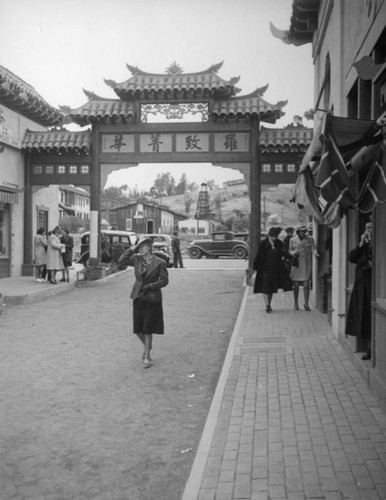 Hill Street gate and Gin Ling Way, New Chinatown