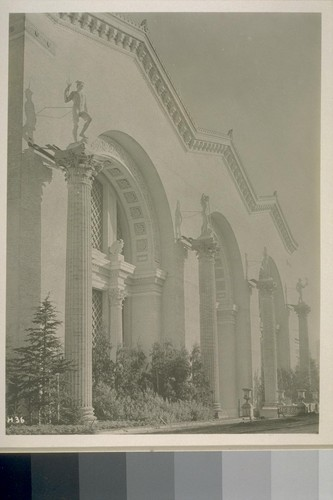 "H36. [South facade, Palace of Machinery (Ward and Blohme, architects). Figures atop columns (left to right): ""Electricity,"" ""Steam,"" ""Invention,"" and ""Imagination"" (Haig Patigian, sculptor).]"