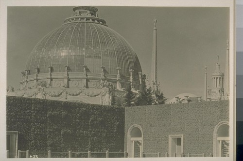 H25. [Dome of Palace of Horticulture (Bakewell and Brown, architects), from hedge, South Garden.]