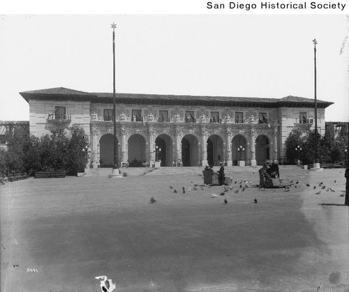 People in electric cars in front of the Sacramento Valley Building during the 1915 Exposition