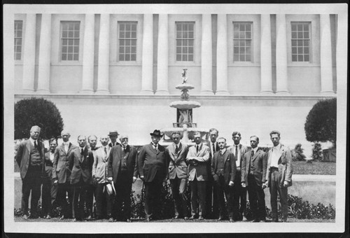 Henry E. Huntington and library staff in front of the library building, 1922