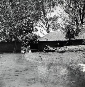 Lealui health center after the flood of 1963 : the water is always near the main building