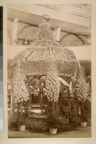 [Flower-covered exhibition booth with San Fernando ribbon]