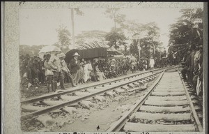 Dans l'attente du premier train 1 oct. 1903. (Ma Rose assise sous un grand parasol.)