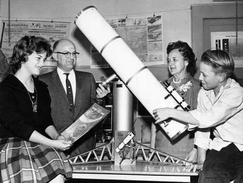 Students give telescope to Sequoia Junior High