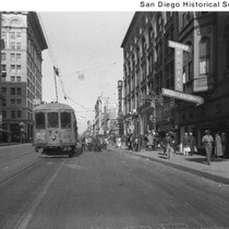 The #7 streetcar at Fourth and Broadway looking east