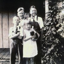 Earl R. Oatman and siblings as children in front of house