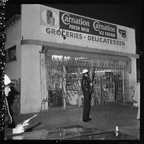 Armed police officers guard street in Watts, Los Angeles (Calif.)