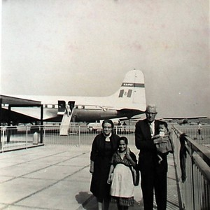 Bess and Oscar Hallberg at the airport in Mexico with their daughter ...