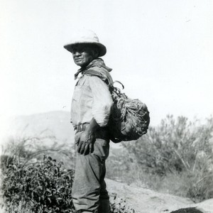Abram Jat'ám carrying pots in a mescal net
