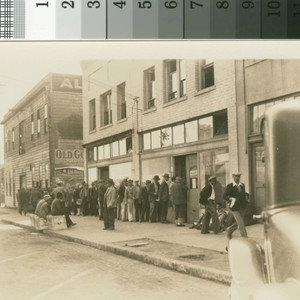 Bread line at kitchen, 4th and Jefferson [streets], Feb. 1934 [picture]
