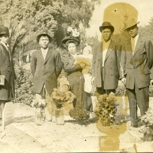 [Japanese American men, women, and children in a cemetery]
