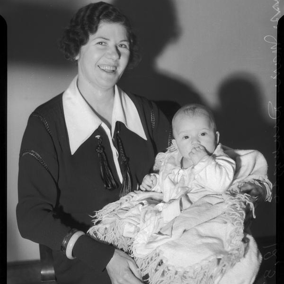 Calisphere: Policewoman Marie Dinuzzo and unknown abandoned baby